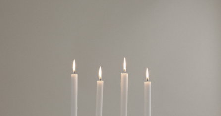 Essencio - Blog - Advent Bezinning in december - Betekenis van advent - Rituelen voor advent - Kaarsje branden advent - Adventskalender