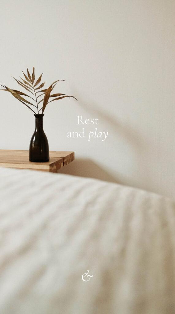 Essencio - iPhone minimalistische telefoon wallpaper rustig eenvoudig telefoonachtergrond stijlvol rest and play - rusten en spelen - essentie van het leven - inspiratie telefoon achtergrondje